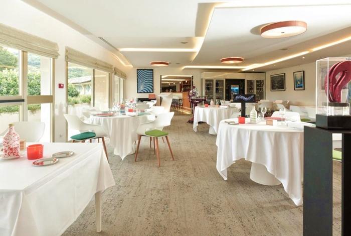 Das moderne Restaurant Au Jardin de La Vague mit Gartenblick