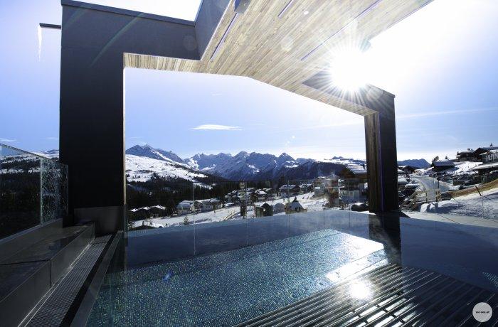 Blick in die Berge vom Außenpool des Alpenwelt Resort in Krimml