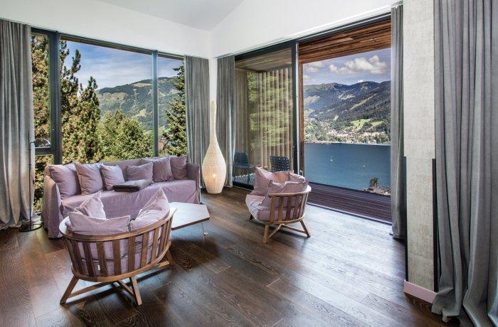 Zimmeransicht mit spektakulärem Fensterblick auf den See im Senses Violett Suites | Adults Only in Zell am See