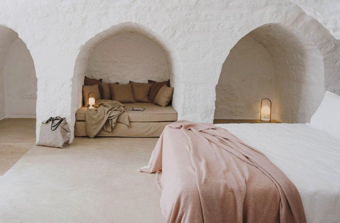Auusgefallenes Zimmer in weißer Höhlenoptik im Masseria Dagilupi Adults Only Hotel in Apulien