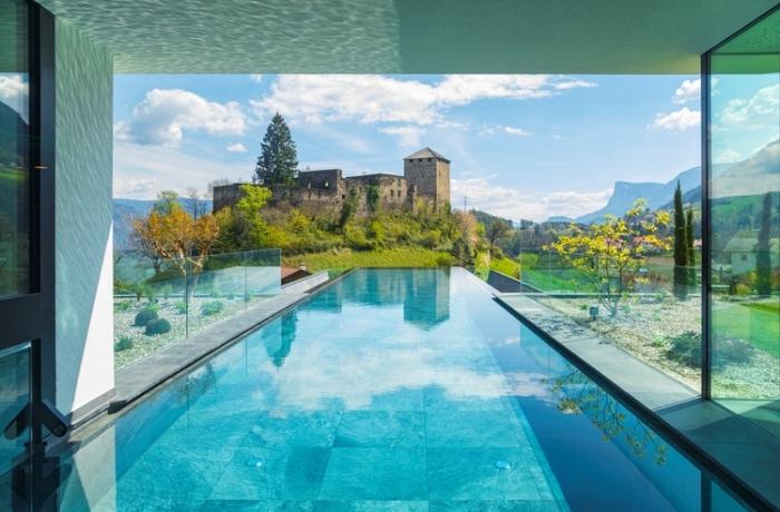 Infinitypool mit Burgblick: Hotel Der Waldhof in Südtirol