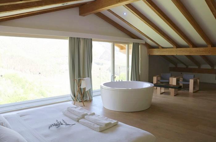 Freistehende Badewannen: Viel Freiraum und eine kreisrunde Badeoase im Arantza Hotela