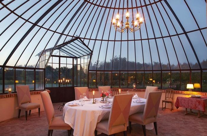 Silvester-Essen: Unter der Glaskuppel im Hotel La Borde sitzt es sich besonders schön