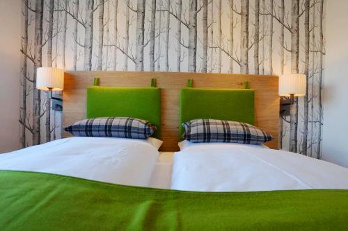 interieur inspiration hotelbilder in gr n escapio blog. Black Bedroom Furniture Sets. Home Design Ideas