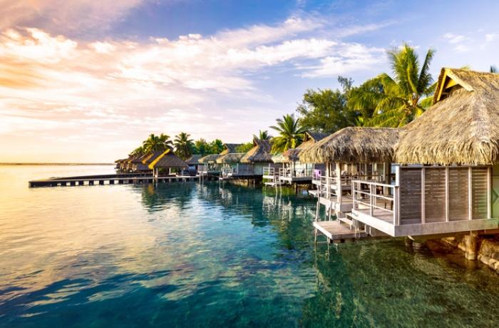 Silvesterurlaub 2019 am Strand: Hütten am Wasser auf den Seychellen