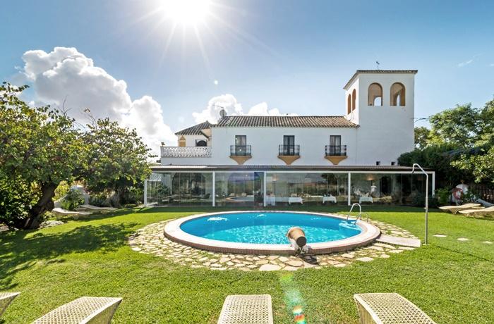 Günstige Hotels in Andalusien: Authentische Hacienda mit Terrakottaböden, Holzdecken und einem schattigen Innenhof