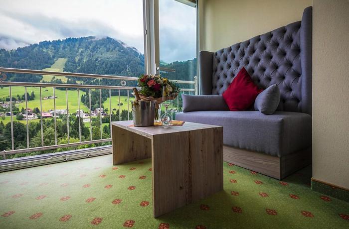 Wellnesshotels Österreich: Zimmer mit Blick in die Berge im Auszeit – Hotel Erlebach in Riezlern