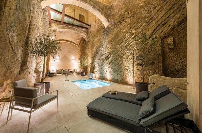 Hotels für die Flitterwochen: Der coole Pool im Innenhof des Can Mostatxins
