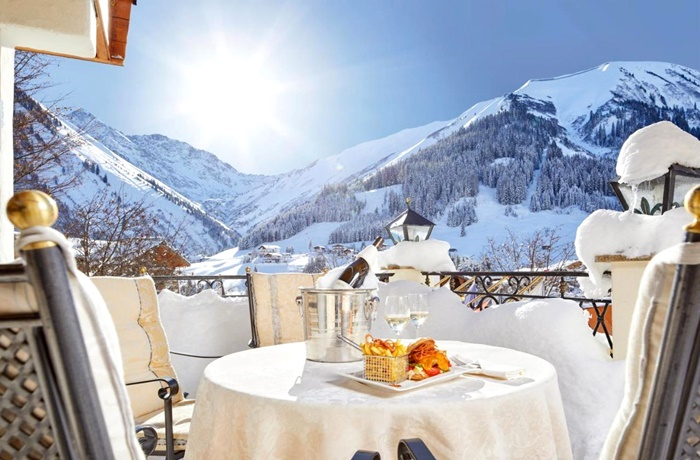 Einzigartige Skihotels: Blick auf schneebedeckte Berge vom Hotelbalkon aus im Singer Sporthotel & SPA, Triol, Österreich
