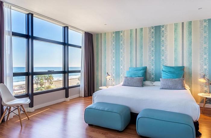 Frische Farben passend zu den schillernden Wellen: Das Vincci Málaga