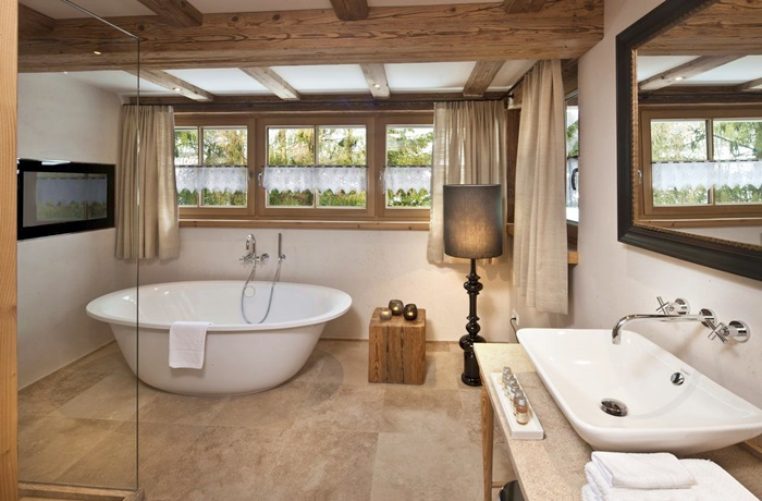 Freistehende Badewannen: Tiroler Alpencharme im Hotel Kitzhof Mountain Design Resort