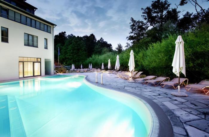 Außenpool in Abendstimmung im Esplanade Resort & Spa in Brandenburg