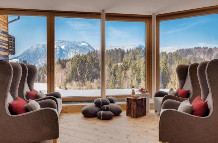 10 besten Wellnesshotels in Ihrer Nähe: Hotel Oberstdorf, Relaxraum mit Panoramafenstern