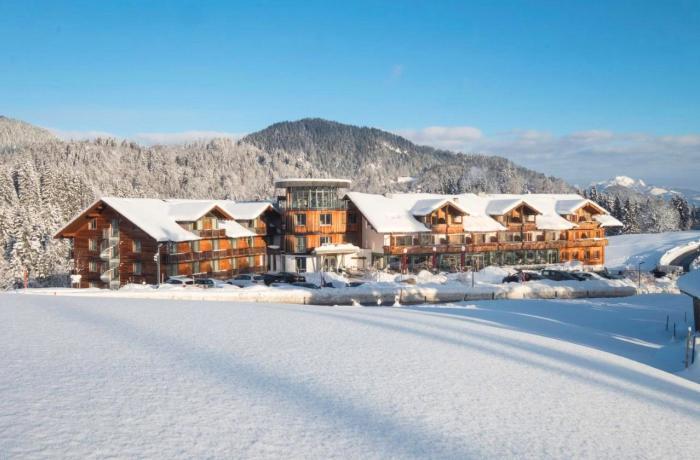 Winterurlaub im Hotel Oberstdorf: Hier der Blick auf das Hotel vor dicker Schneedecke.