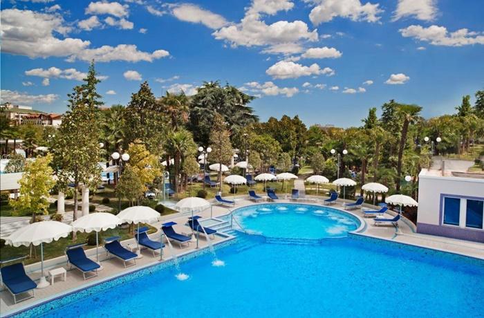 Sommerurlaub mit Pool & Strand: Grand Hotel Trieste & Victoria, Italien, Wellnessbereich mit Pool, Restaurant, 5 Sterne Luxushotel