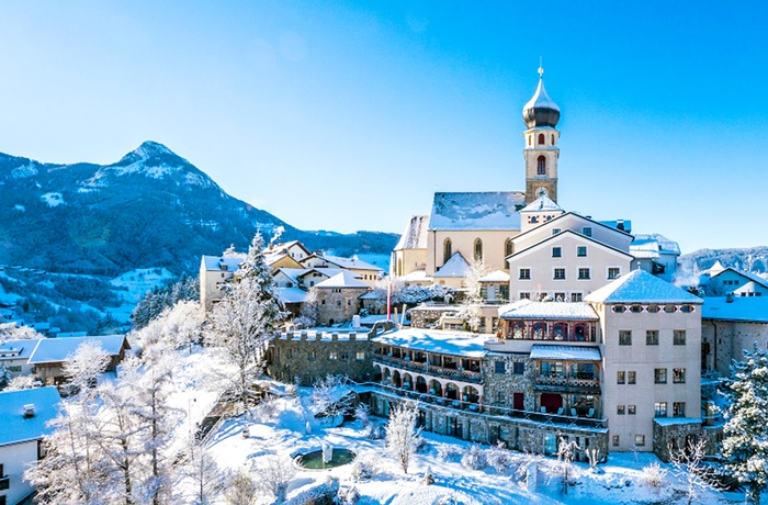 Einzigartige Skihotels: Panoramablick auf Romantik Hotel Turm, Trentino Südtirol, Italien