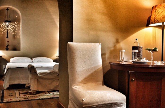 Zu einem der besten Hotels für Erwachsene in Griechenland gehört das Imaret Hotel in Kavala, Griechenland. Hier eine Zimmeransicht in gedämpften gelben Licht.