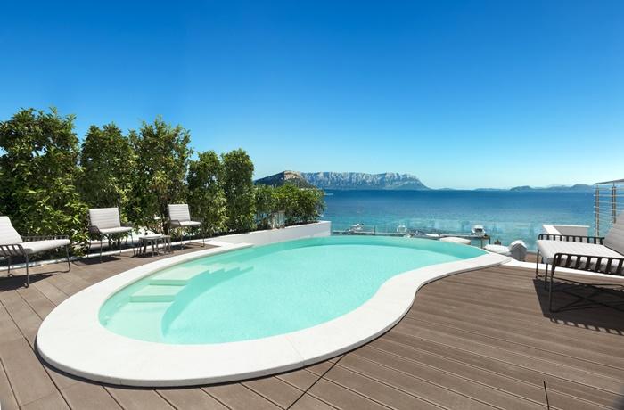 Sommerurlaub mit Pool & Strand: Gabbiano Azzurro Hotel & Suites, Italien, Lage am Strand, romantisch mit Pool