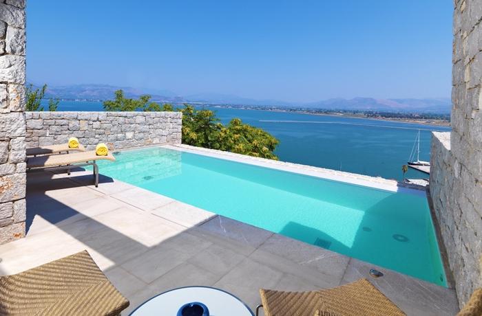 Der Blick über die Bucht von Argolis aus dem eigenen Swimmingpool im Nafplia Palace Hotel & Villas