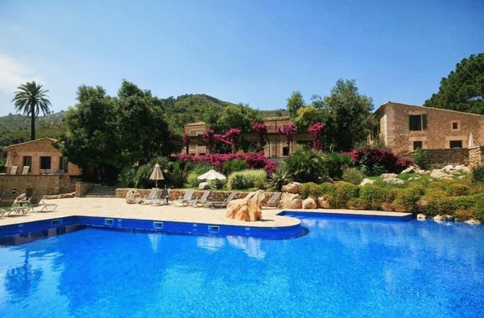Hotels in Spanien: Son Siurana, Alcudia, großer blauer Pool, Blick auf Hotel und grüne Berglandschaft