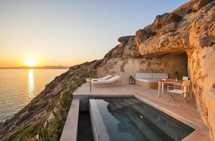 Badeurlaub: Panorama-Pool mit Blick auf den Sonnenuntergang