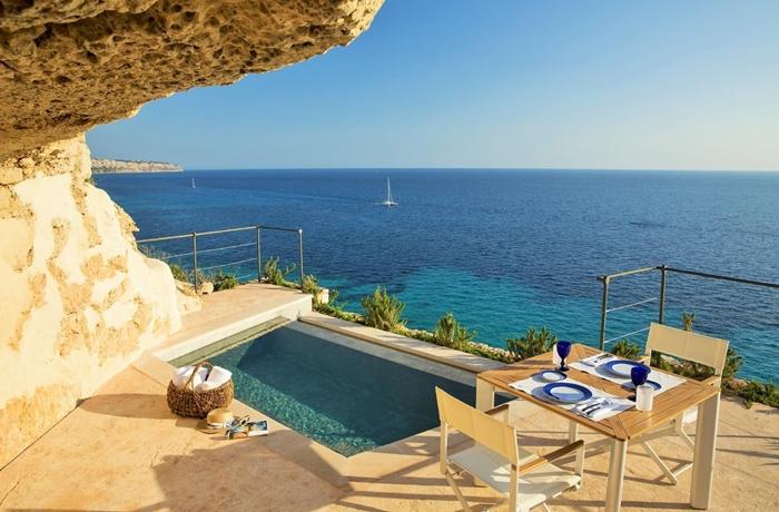 Als würde man direkt auf das Meer zuschwimmen – die Pools im Hotel Cap Rocat sind etwas ganz Besonderes