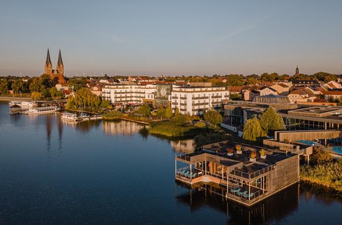Das Resort Mark Brandenburg & Fontane Therme liegt direkt am Neuruppiner See