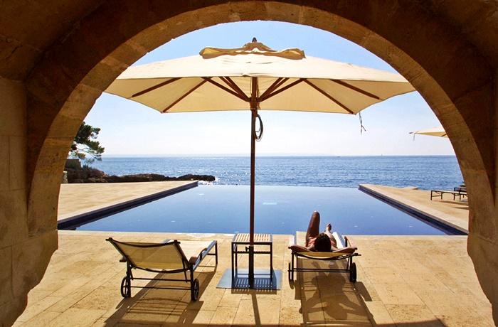 Luxushotels am Meer: Pool mit Sonnenterasse und Meerblick im Hotel Hospes Maricel & Spa, Mallorca, Spanien