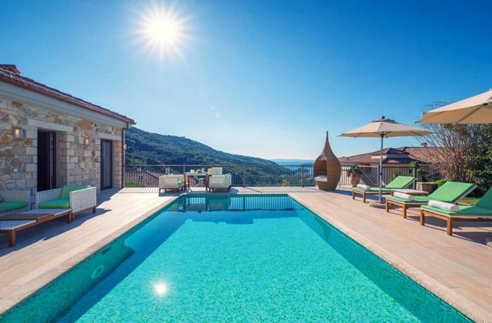 Sommerurlaub mit Pool & Strand: Salvator Villas & Spa Hotel, Griechenland, Wellnessbereich mit Pool, romantisches 4 Sterne Hotel