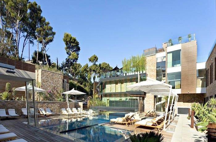 Badeurlaub: Außenansicht des Hotels Hostellerie La Farandole mit Pool, in der Provence, Frankreich