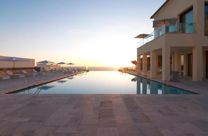 Hotels in Spanien: Jumeirah Port Soller Hotel & Spa, Port de Sóller, Blick auf Pool und Meer, Hotelterrasse mit Liegestühlen
