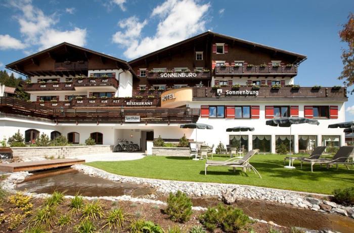 Wellnesshotels Österreich: Außenansicht im Wellnesshotel Sonnenburg im Lech am Arlberg