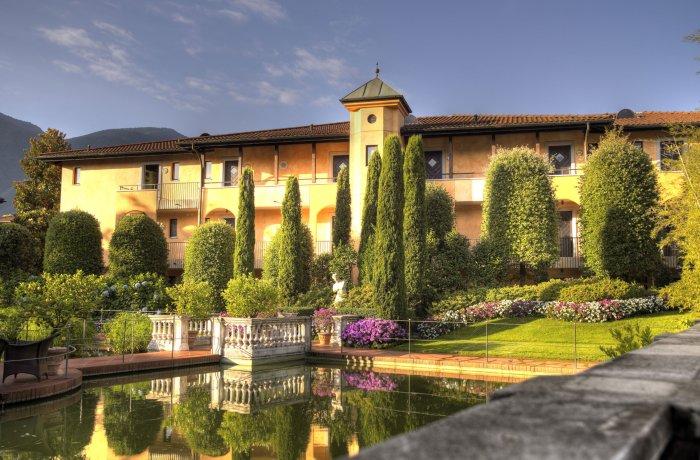 10 Wellnesshotels in Ihrer Nähe: Hotel Giardano Ascona, Außenansicht vom Hotel im Sonnenlicht
