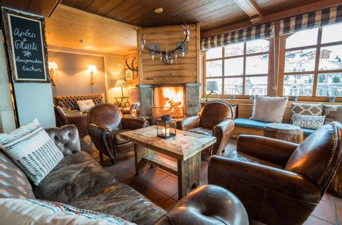 Gemütliches Kaminzimmer mit Lederpolstern im Hamilton Lodge & Spa.