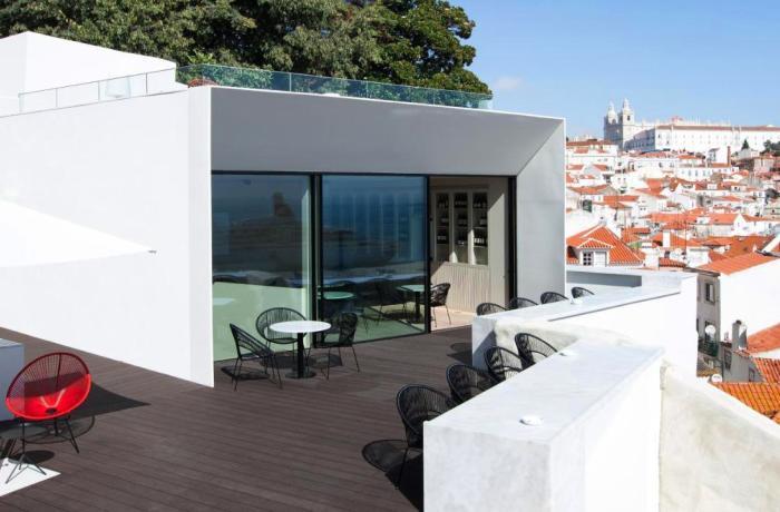 Außenansicht von Loftzimmer mit großer Terrasse und Blick über Lissabon im Adults Only Hotel Memmo Alfama Lissabon, Portugal