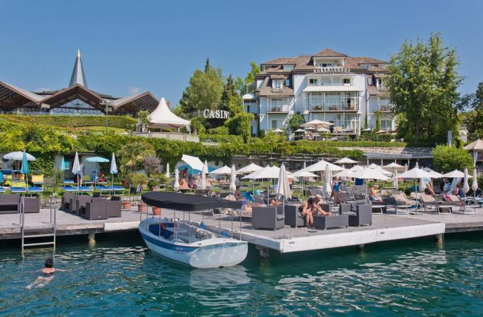 10 Wellnesshotels in Ihrer Nähe: Seehotel Hubertushof, Außenansicht vom Hotel, vom See aus, mit Booten