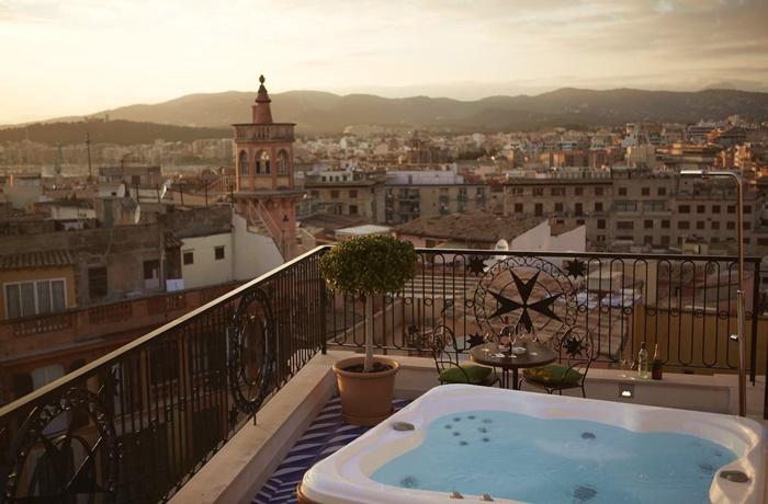 Hotels in Spanien: Hotel Cort, Palma de Mallorca, Dachterrasse mit Jacuzzi, Blick über die romantische Altstadt bis zur Berglandschaft