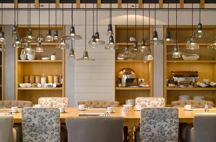 Hotelcheck: Frühstücksraum im Hotel UNIC Prague, Prag, Tschechien mit langem Tisch und Hängelampen