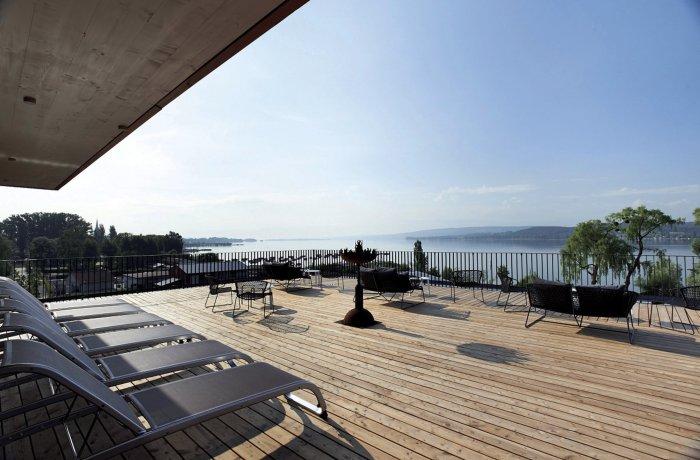 10 besten Wellnesshotels in Ihrer Nähe: Hotel Bora, Außenterrasse mit Blick auf den See