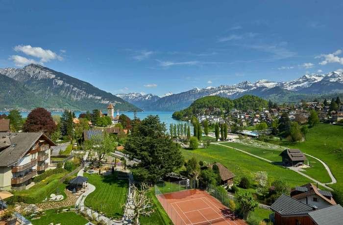 10 besten Wellnesshotels in Ihrer Nähe: Hotel Eden Spiez, Luftaufnahme vom Hotel und Garten und dem Gelände