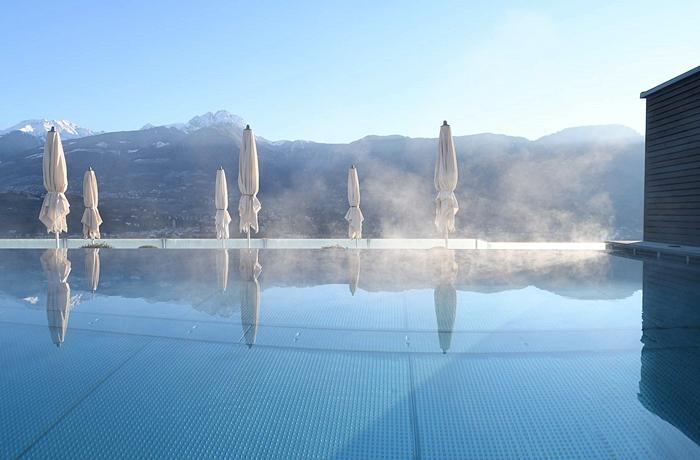 Ausblick aus dem beheizten Salzwasser-Natursteinpool im Hotel Giardino Marling