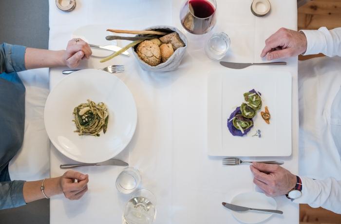 Hotel Zum Hirschen: Blick auf Tisch und Teller mit Gourmetessen aus Vogelperspektive im Restaurant CERVO
