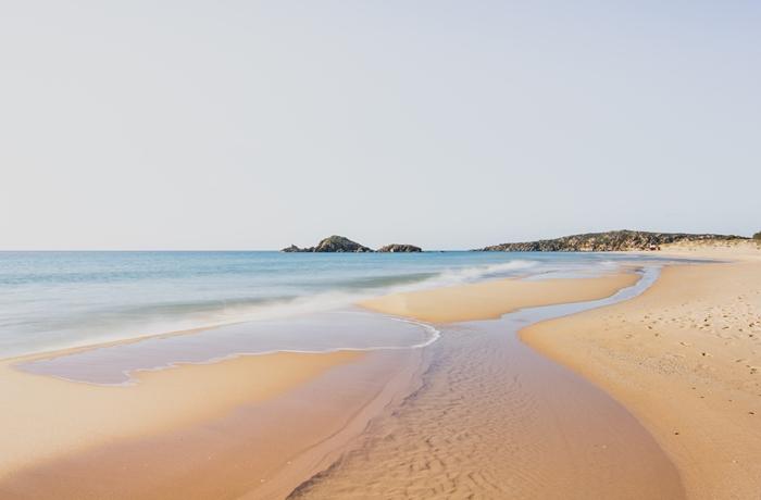 Dieser feinsandige Strand ist nicht weit vom Hotel Aquadulci entfernt