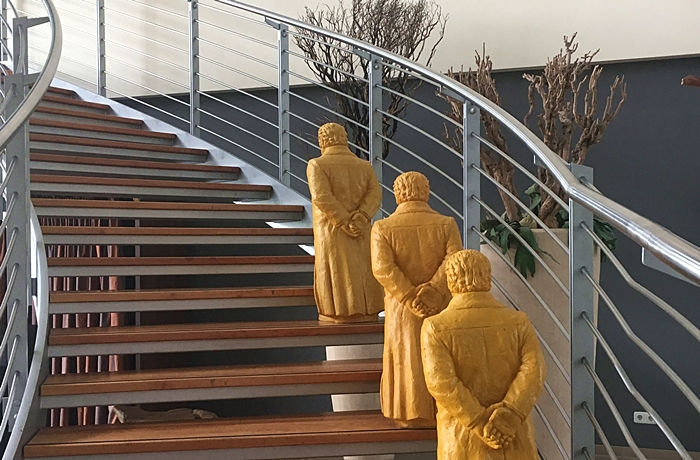 Der einladende Treppenaufgang ist charmant dekoriert.