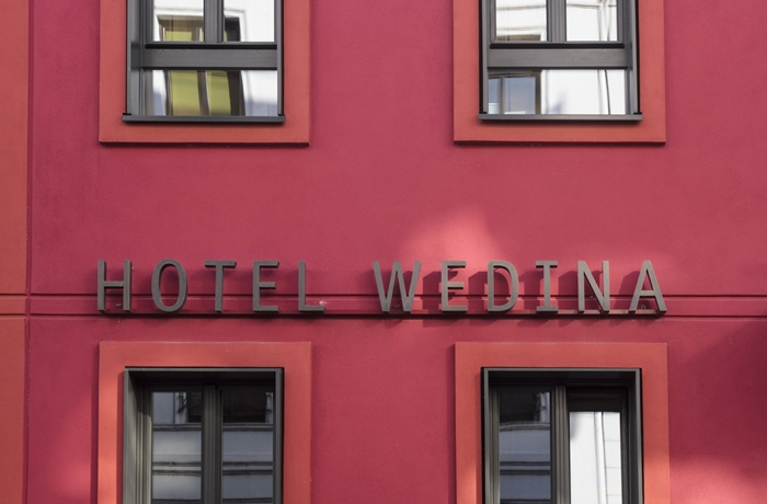 Der signalrote Eingang des Hotel Wedina