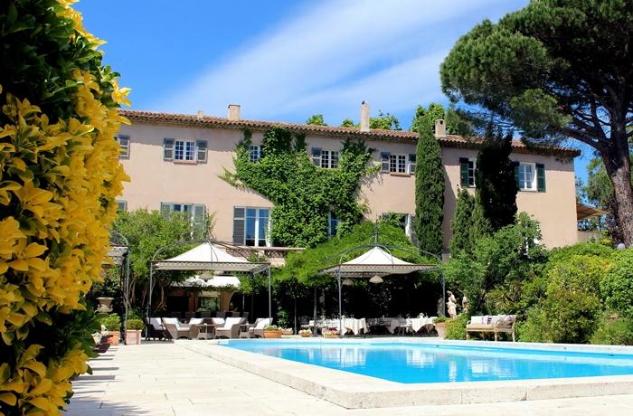 Die Stimmung rund um den Pool des Hotel Mas de Chastelas ist gelassen und ruhig.
