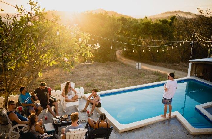 Silvesterurlaub 2019: Kleine Party am Pool in einer sonnigen Gegend