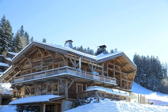 Verschneites Gebäude des Hôtels Les Servages d'Armelle, Haute-Savoie, Frankreich