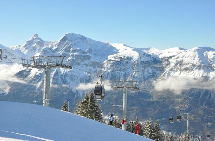 Der Blick von der Skipiste in die französischen Alpen
