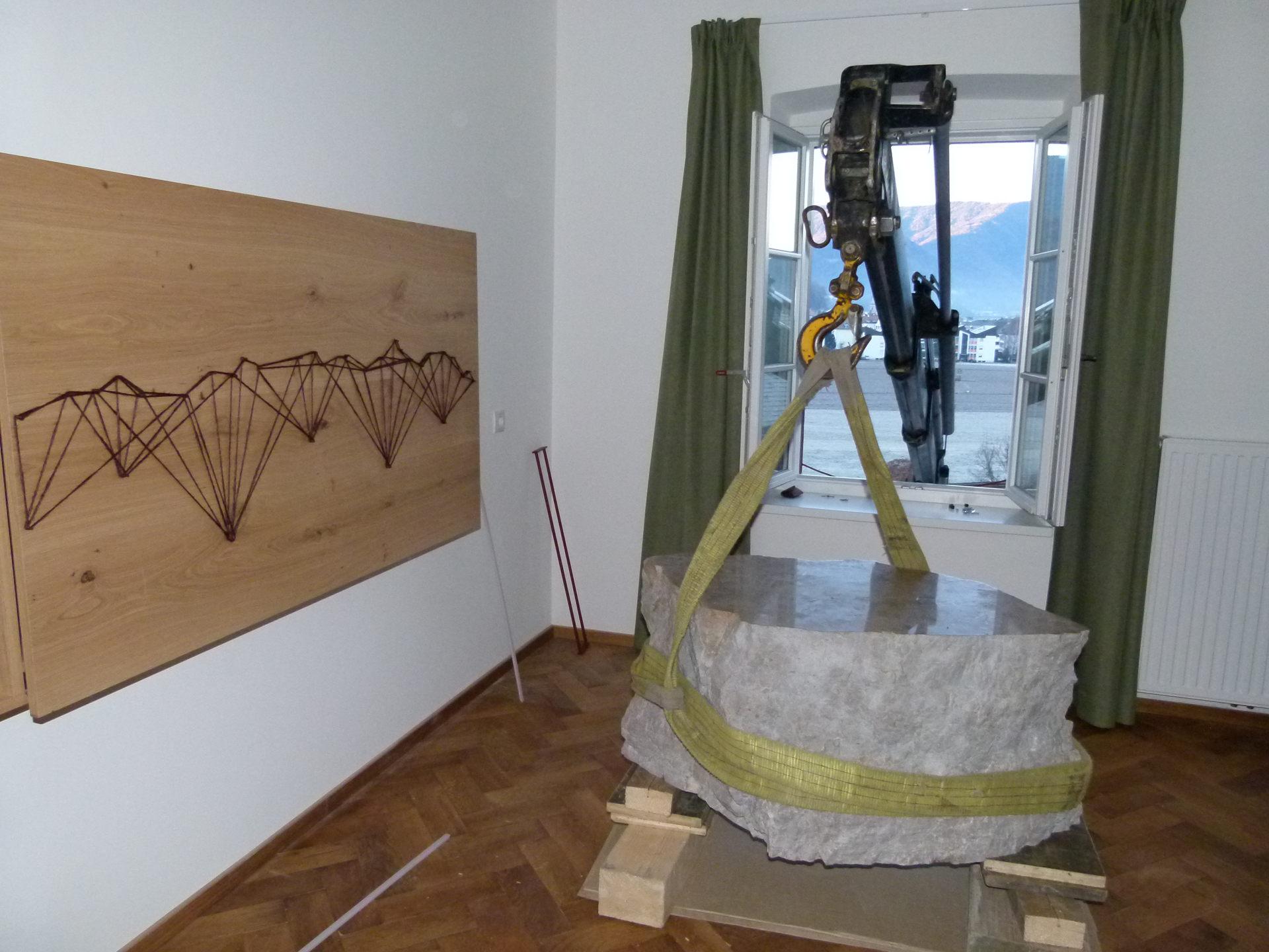 Der Dolomitenblock musste in Schwerstarbeit in das Zimmer gehoben werden.